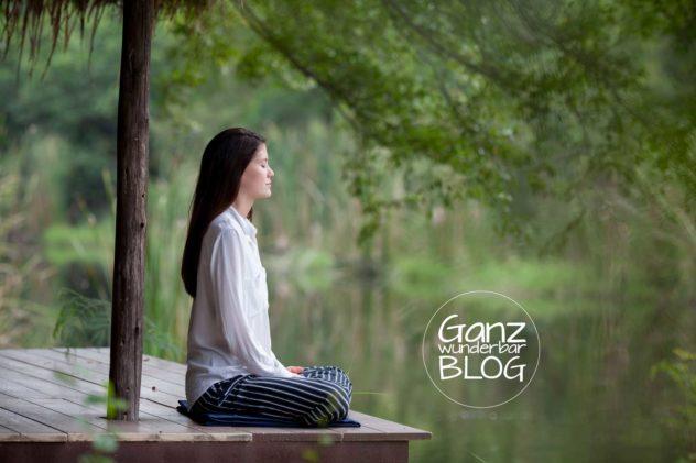 Frau sitz stressfrei im Meditationssitz