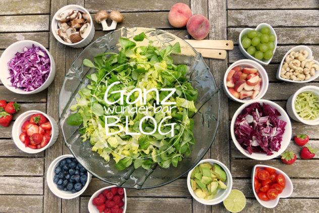 Tisch mit Rohkost Salaten
