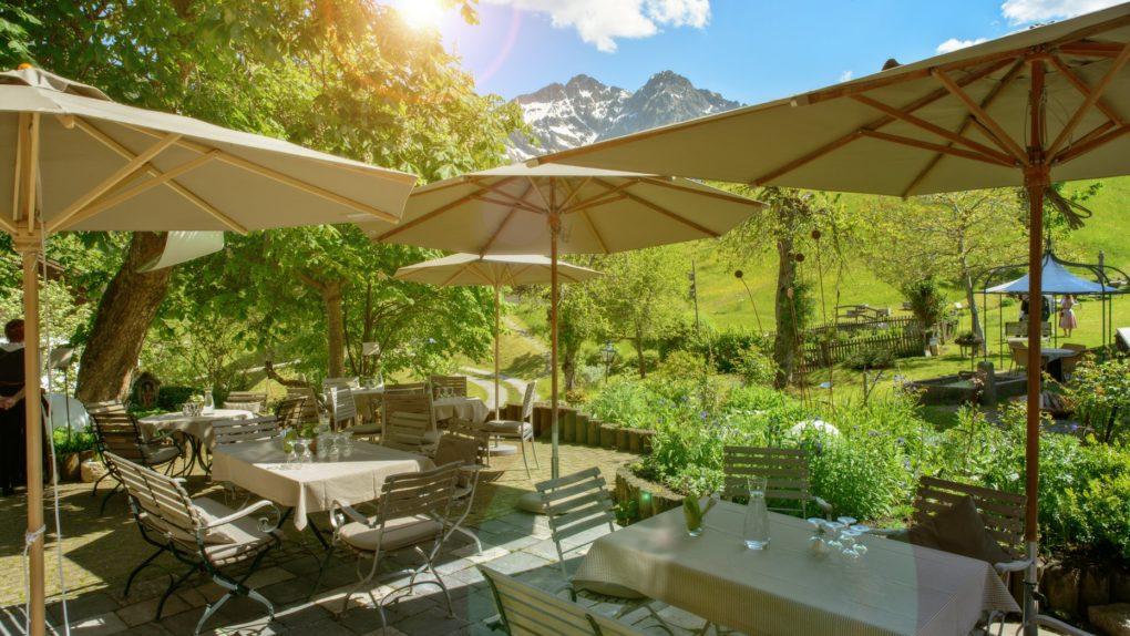 Das Naturhotel Chesa Valisa mit Sommerterrasse